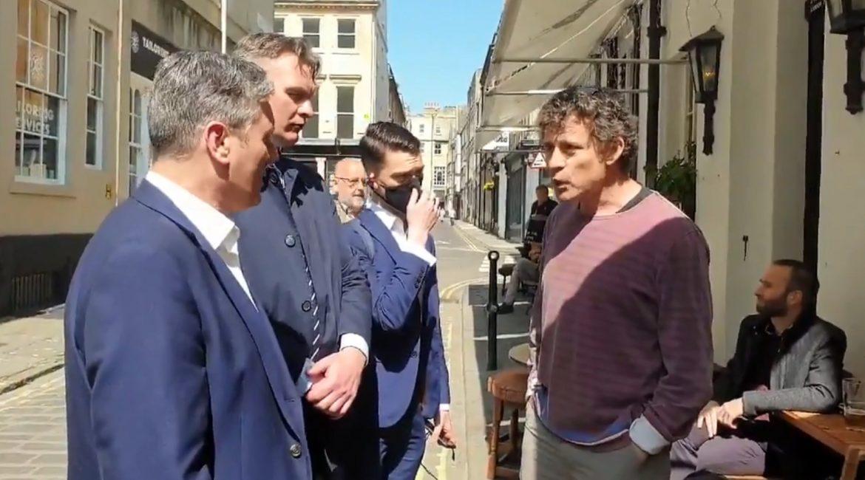 """""""Keir Starmer"""" Führer der englischen Labour-Party fliegt aus einem Pub in Bath"""